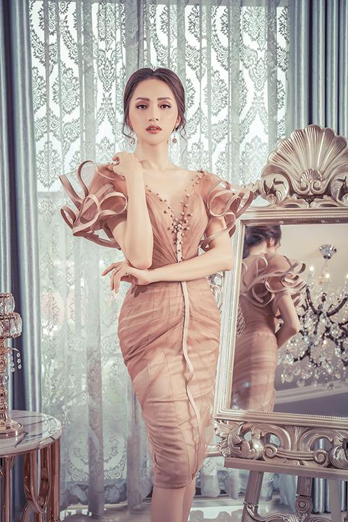 Trong bộ ảnh thời trang mới, Hương Giang tỏa sáng như một quý cô kiêu kỳ.