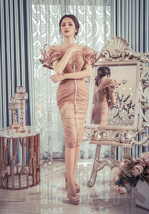 Sau khi đăng quang cuộc thi Hoa hậu Chuyển giới Quốc tế 2018, Hương Giang luôn là cái tên thu hút sự chú ý. Dù xuất thân là ca sĩ nhưng gần đây côgây sức hút bởi những bước catwalk uyển chuyển.