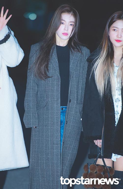 Irene trở nên cuốn hút hơn khi đeo lens xanh. Ngôi sao nhà SM lên đường đi làm cũng có ảnh đẹp như trên tạp chí.