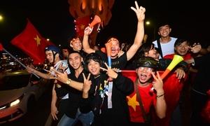 Giới trẻ Đà Nẵng 'xuyên đêm' ăn mừng Việt Nam vào chung kết AFF Cup