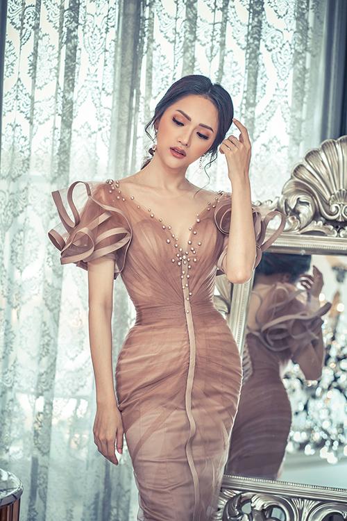 Trang phục ôm sát của NTK Anh Thư tôn dáng và khoe vẻ đẹp quyến rũ.