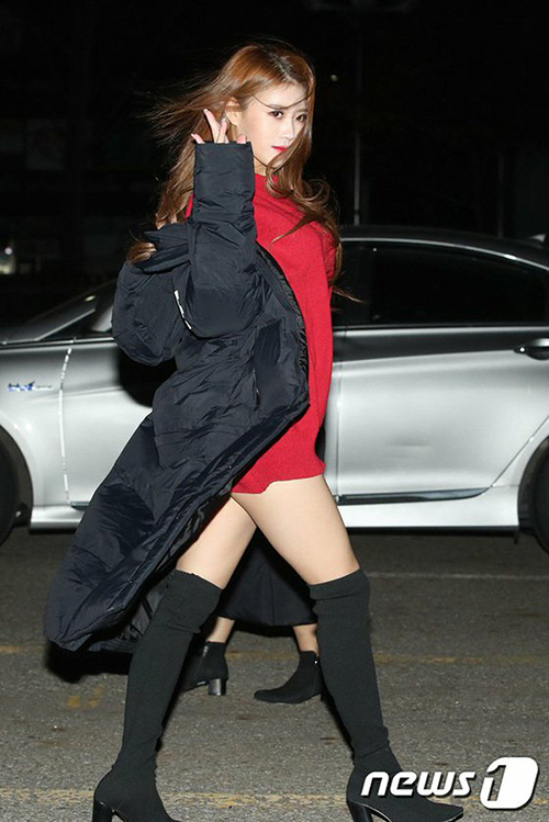 Bất chấp thời tiết lạnh giá, Mi Joo (Lovelyz) vẫn phải mặc váy thật ngắn, sẵn sàng tạo dáng khoe thân khi đến Music Bank.