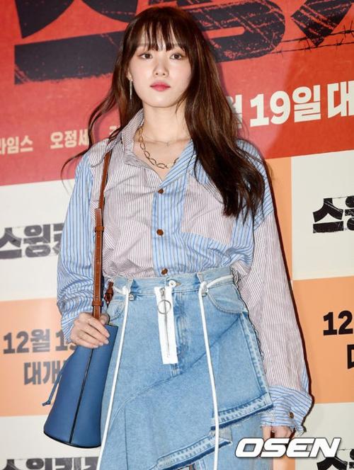 Xuất hiện tại buổi công chiếu VIP của phim điện ảnh Swing Kids, Lee Sung Kyung ăn mặc cá tính. Cô mix áo sơ mi oversize sơ vin cùng chân váy denim kiểu dáng mới lạ.