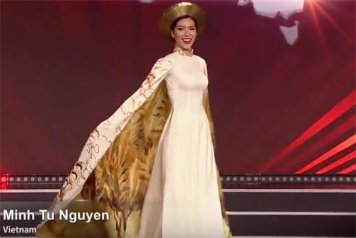 Minh Tú trình diễn trang phục dạ hội.