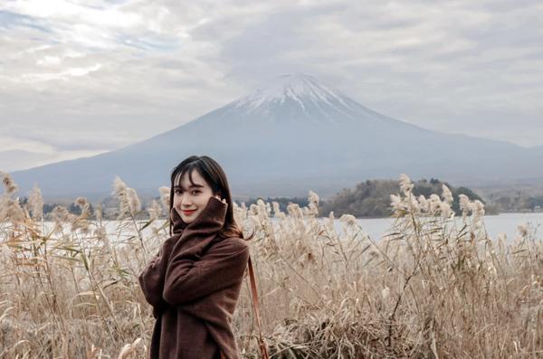 Jun Vũ khoe vẻ xinh xắn giữa khung cảnh Nhật Bản đẹp như tranh, mờ ảo phía xa là núi Phú Sĩ nổi tiếng.