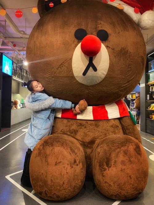 Phương Oanh nhí nhảnh ôm chặt chú gấu Brown - biểu tượng nổi tiếng của Hàn Quốc.