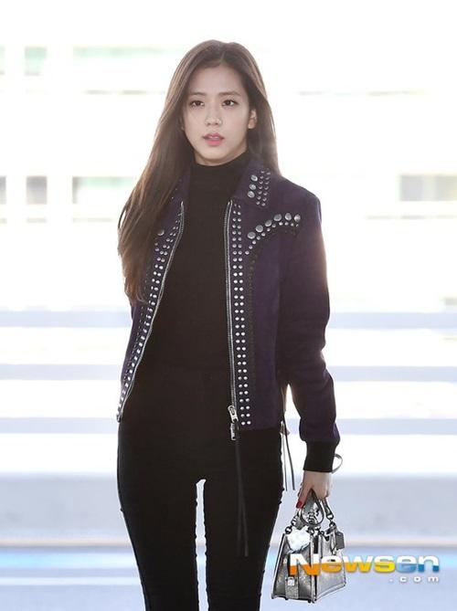 Áo khoác đinh tán tạo vẻ cá tính cho Ji Soo. Nữ ca sĩ sử dụng túi ánh bạc tạo điểm nhấn cho set đồ.