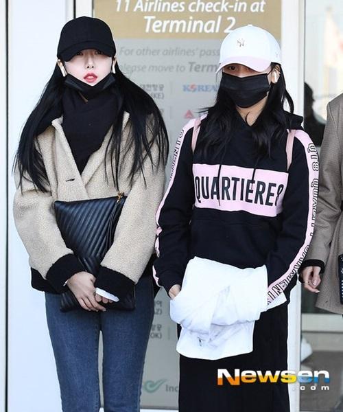 Chất liệu bông đang rất được lòng nhiều sao Kpop vì đủ ấm áp và vẫn thời trang. SinB (bên trái) còn cẩn thận quàng khăn to bản, khẩu trang. Um Ji co ro vì chỉ mặc quần lửng, chất liệu mỏng.