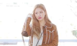 Rosé ra sân bay đẹp như lên tạp chí, Yoon Ah khoe làn da đẹp