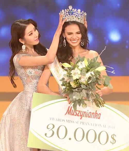 Tân Hoa hậu gây tranh cãi vì nhan sắc kém nổi bật, bó hoa cô cầm trên tay cũng bị chê quá xấu.