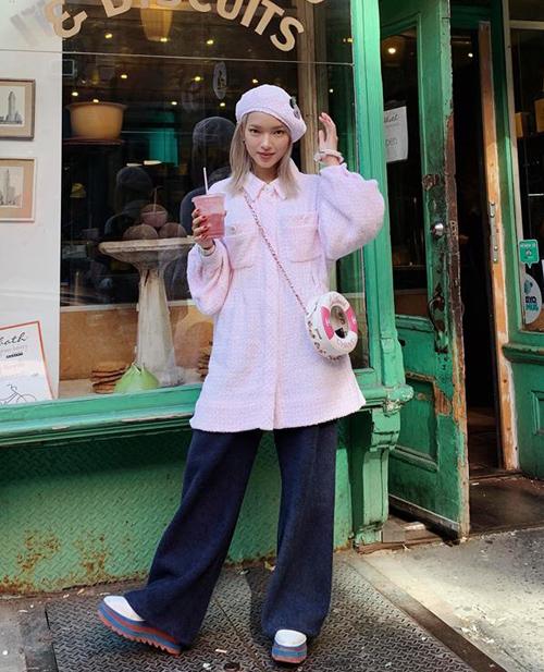 Diện áo khoác hồng, quần jeans thụng và kết hợp cùng phụ kiện đáng yêu, Châu Bùi mang đến hình ảnh nhí nhảnh rất đúng tuổi.