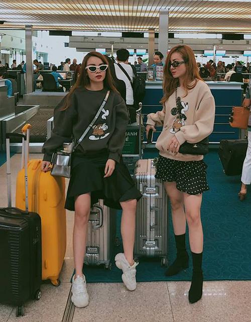 Hai chị em Yến Trang - Yến Nhi rủ nhau diện áo nỉ Mickey đôi ra sân bay đi du lịch Thái Lan.