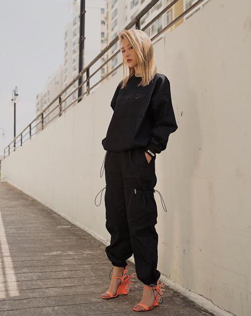 Quỳnh Anh Shyn trông đẳng cấp như gái Tây với cả cây đen sporty, kết hợp sandals Fendi rất phá cách.