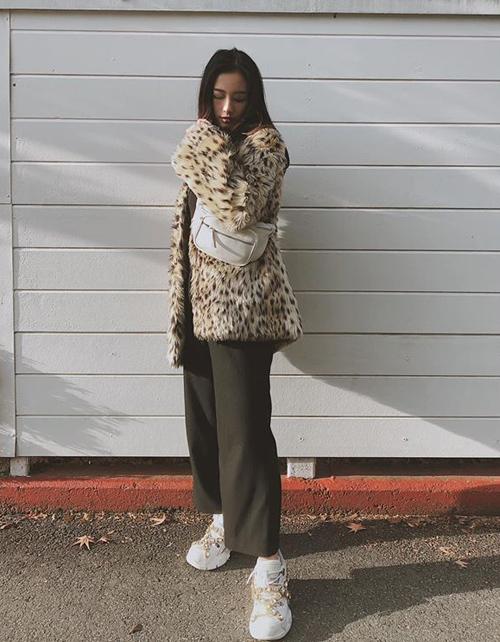 Jun Vũ đột phá phong cách trong chuyến công tác Nhật Bản. Thay cho style bánh bèo thường lệ, cô nàng cool ngầu hơn khi mặc áo khoác lông da báo kết hợp sneakers Gucci.