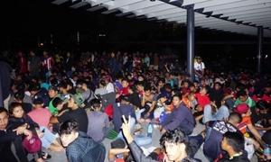 CĐV Malaysia chầu chực, nằm la liệt xuyên đêm để mua vé xem chung kết AFF Cup
