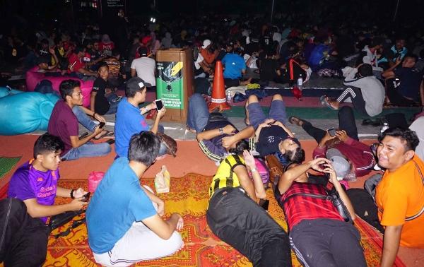 CĐV Malaysia xuyên đêm chờ mua vé xem chung kết AFF Cup - 2