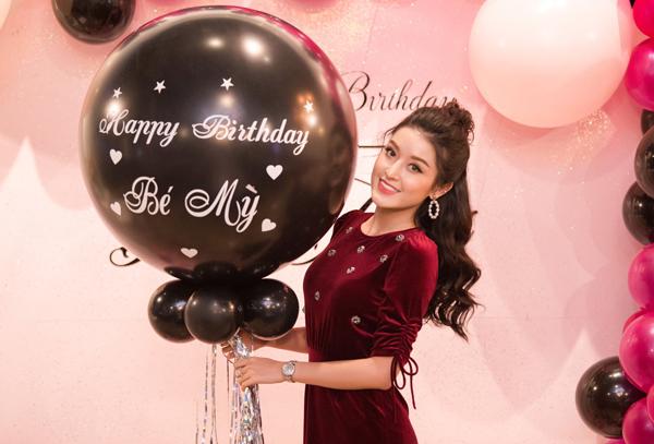 Huyền My rạng rỡ mừng sinh nhật tuổi 23 hoành tráng.