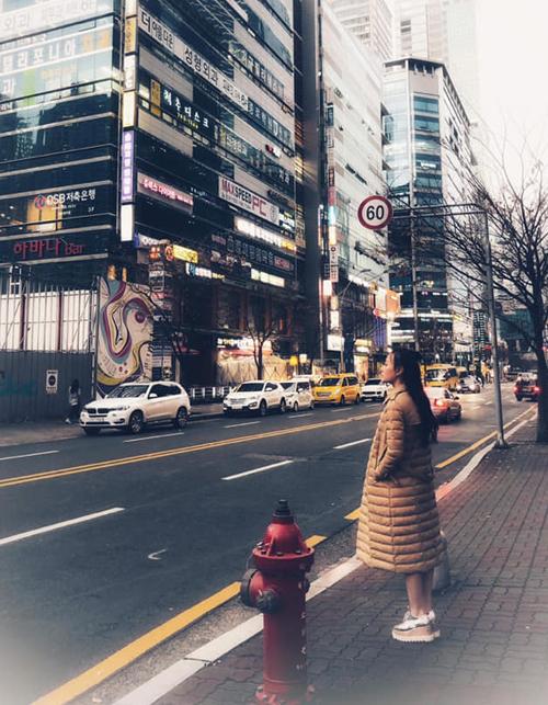 Phương Oanh diện áo phao đại hàn để chống chọi với giá lạnh ở Hàn Quốc.