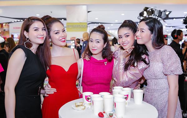 Tới chung vui với nữ diễn viên có rất nhiều anh chị em đồng nghiệp, bạn bè thân thiết. Gây chú ý là sự xuất hiện của những bà mẹ bỉm sữa như Dương Cẩm Lynh, Kha Ly, MC Thanh Thảo.