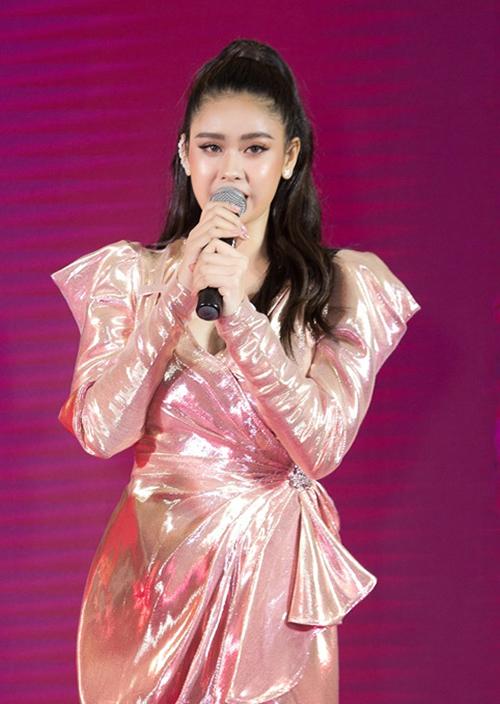 Ngày 8/12, Trương Quỳnh Anh khai trương showroom mỹ phẩm tại một trung tâm thương mại ở TP HCM. Với niềm yêu thích lĩnh vực làm đẹp nữ ca sỹ đã mất hơn một năm để đàm phán cũng như đáp ứng những yêu cầu khắt khe của đối tác Hàn Quốc.