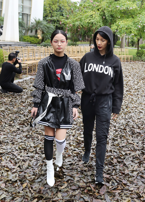 Mới 11 tuổi nhưng bé Bo đã lớn phổng phao, cao gần bằng bố và siêu mẫu Xuân Lan. Có kinh nghiệm trình diễn thời trang nhiều lần nên con gái Phan Anh tỏ ra rất tự tin.