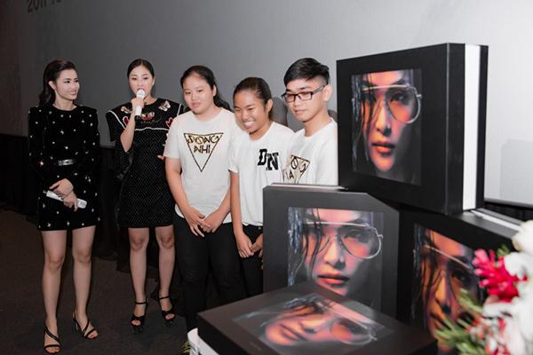 Đông Nhi tung album khủng nặng hơn 7kg, giá 2 triệu đồng - 1