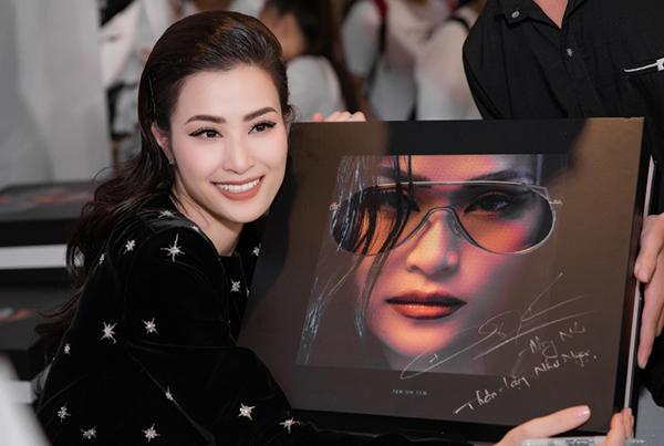 Đông Nhi tung album khủng nặng hơn 7kg, giá 2 triệu đồng - 2