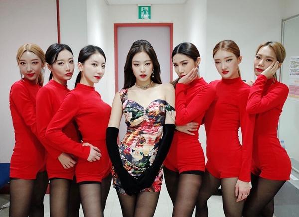 Jennie hút mắt trong bộ váy tôn dáng, lả lơi vai áo.