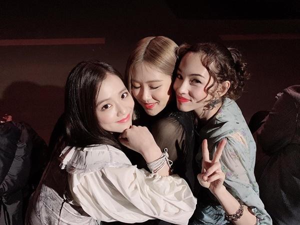 Rosé hạnh phúc khi được hai người đẹp Ji Soo và Kiko Mizuhara ôm ấp nhiệt tình.