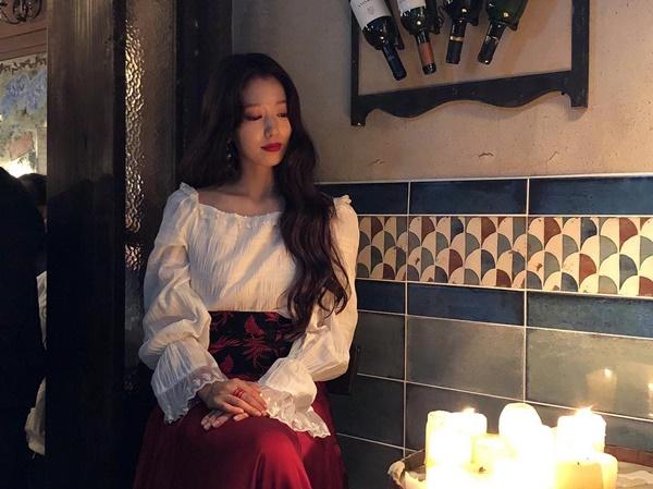 Park Shin Hye trang điểm đậm khoe vẻ quyến rũ trưởng thành.
