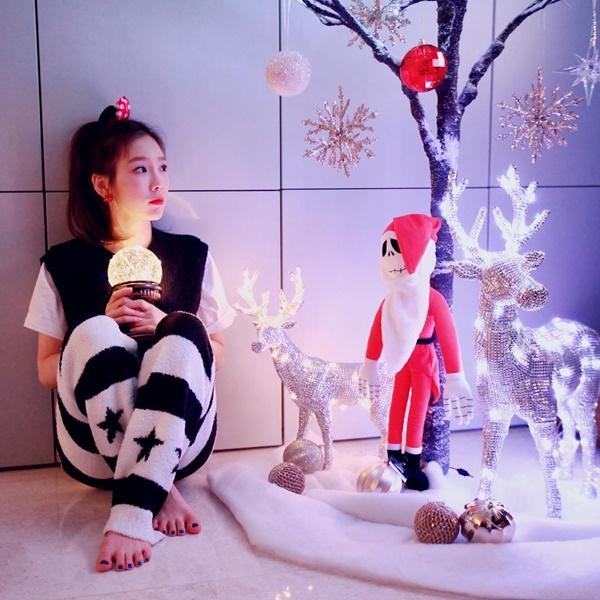 Tae Yeon lọ mọ mua đồ về trang trí Giáng sinh rồi tự sướng một mình.