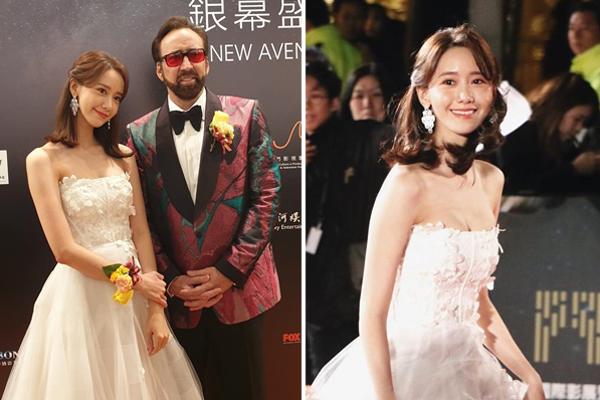 Yoon Ah chia sẻ khoảnh khắc đi thảm đỏ LHP quốc tế Macau trong bộ đầm trắng xinh như công chúa, o ép vòng một gợi cảm. Cô nàng có dịp chụp hình cùng tài tử Nicolas Cage.