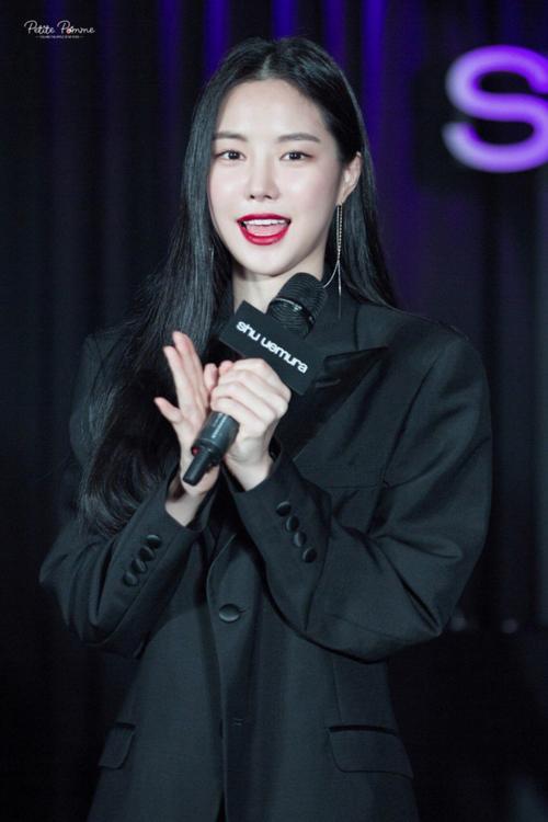 Tuy nhiên, cũng có một số lần Na Eun bị chê về lỗi make up. Trong một sự kiện hồi hè năm nay, việc trang điểm quá đậm cùng tông son môi không phù hợp khiến Na Eun trông già hơn tuổi thật. Thậm chí nhiều người còn nghi ngờ cô nàng lại dao kéo khuôn mặt.