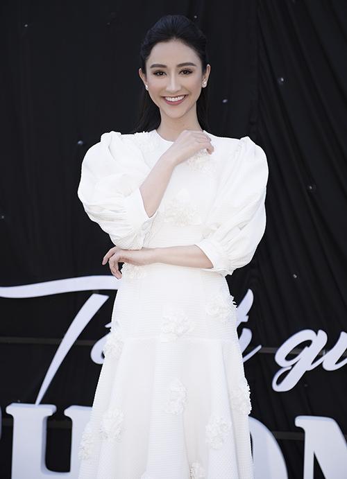 Á hậu Hà Thu chọn bộ váy trắng tinh khôi, tự tin khoe vẻ đẹp ngày càng rạng rỡ. Cô tiết lộ sẽ xuất hiện với vai tròvedettetại show diễn.