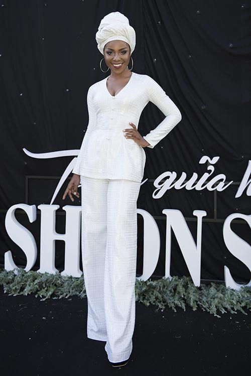 Người mẫu Huỳnh Tiên với làn da đen đặc trưng cũng mang đến thảm đỏ của show diễn.