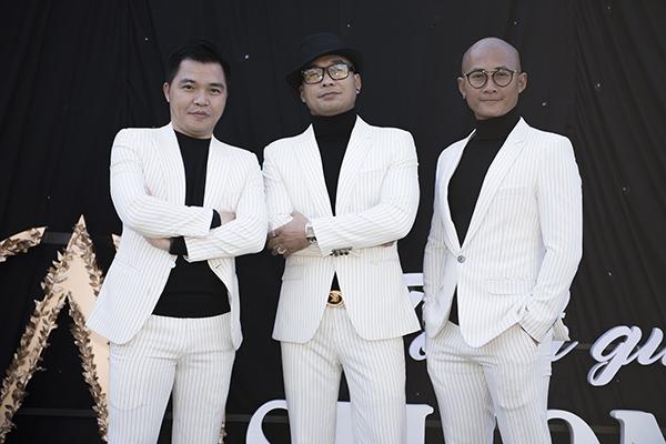 Nhóm nhạc nam MTV ton sur ton với áo thun đen cổ lọ cùng áo vest trắng sọc đen nhuyễn.