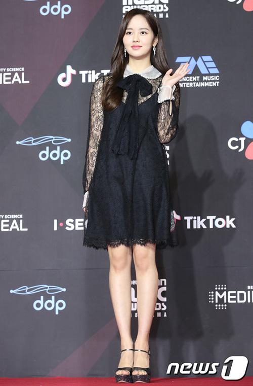 Kim So Hyun là khác mời quen thuộc của MAMA, thường xuyên tham gia với tư cách khách mời trao giải.