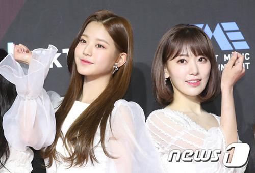 Jang Won Young và Sakura đọ nhan sắc trên thảm đỏ.