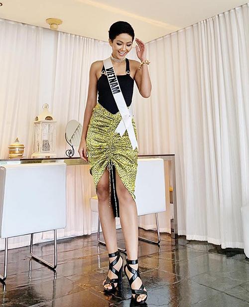 Từ Bangkok, HHen Niê cập nhật đều đặn hình ảnh ở Miss Universe cho khán giả quê nhà. Một bộ cánh người đẹp chọn mặc gần đây được nhận xét là phá cách và rất cá tính với áo hai dây, chân váy da báo kết hợp sandals Fendi.