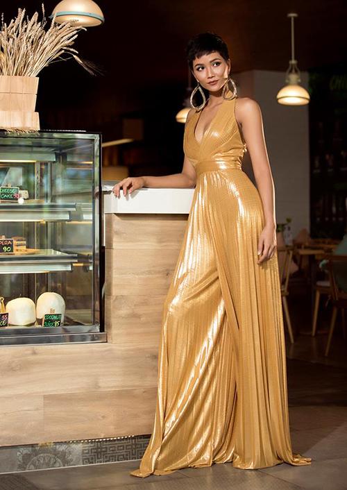 Đến thời điểm hiện tại, HHen Niê là một trong những gương mặt gây chú ý nhất Miss Universe năm nay nhờ mái tóc tém đặc trưng, làn da nâu cùng phong thái rất tự tin, bản lĩnh.