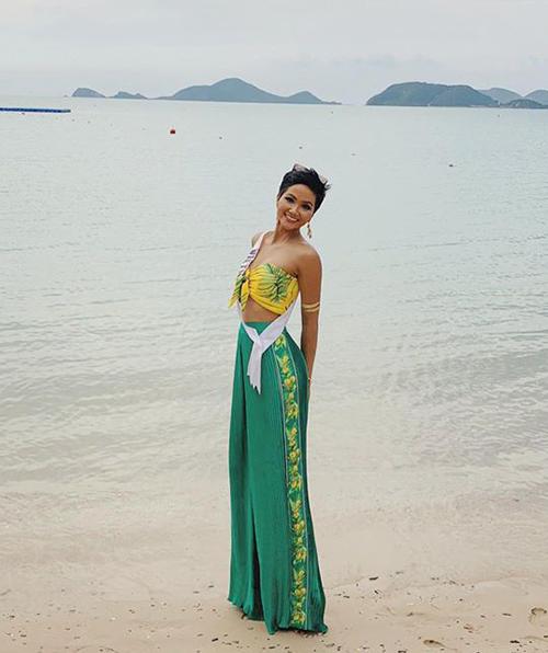 Nhiều fan quốc tế dành lời khen ngợi cho đại diện Việt Nam vì biết cách giúp mình trở nên nổi bật và tin tưởng cô sẽ đi sâu vào vòng trong.