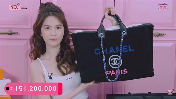 Đáng giá nhất trong những món đồ người đẹp sắm lần này là chiếc túi Chanel có giá hơn 150 triệu đồng. Đây cũng là thương hiệu Ngọc Trinh rất ưa chuộng và thường sắm không tiếc tay mỗi khi sang Pháp.