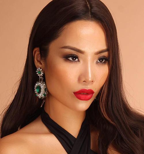 Thời gian gần đây, Kiko Chan phủ sóng dày đặc các cuộc thi sắc đẹp. Sau The Face, tình cũ Kim Lý tiếp tục tham dự Hoa hậu Bản sắc Việt toàn cầu 2018 và mới đây là Cuộc chiến spotlight.