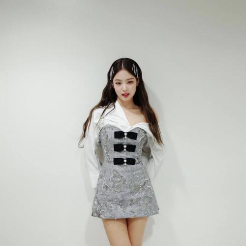 Thế mạnh ngoại hình của Jennie là bờ vai hoàn hảo và đôi chân thon gọn. Chính vì vậy không khó hiểu khi stylist khai thác triệt để những điểm mạnh này để Jennie tỏa sáng nhất trên sân khấu.