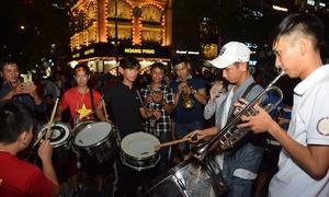 Sinh viên nhạc viện mang cả dàn nhạc náo động phố Nguyễn Huệ cổ vũ Việt Nam