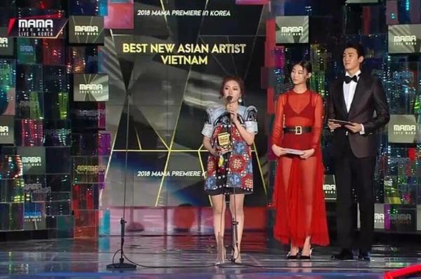 Orange phát biểu tiếng Hàn trên sân khấu.