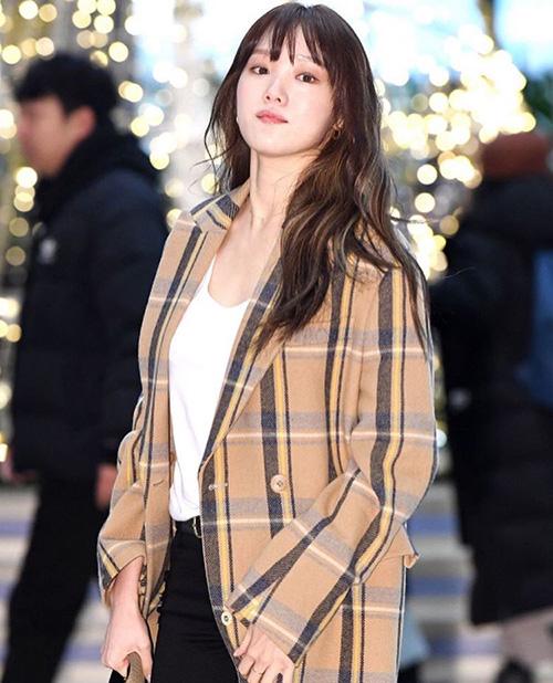 Ngày 11/12, hàng loạt ngôi sao đình đám lên đường sang Nhật để chuẩn bị cho lễ trao giải MAMA. Lee Sung Kyung sẽ xuất hiện với tư cách khách mời trao giải.
