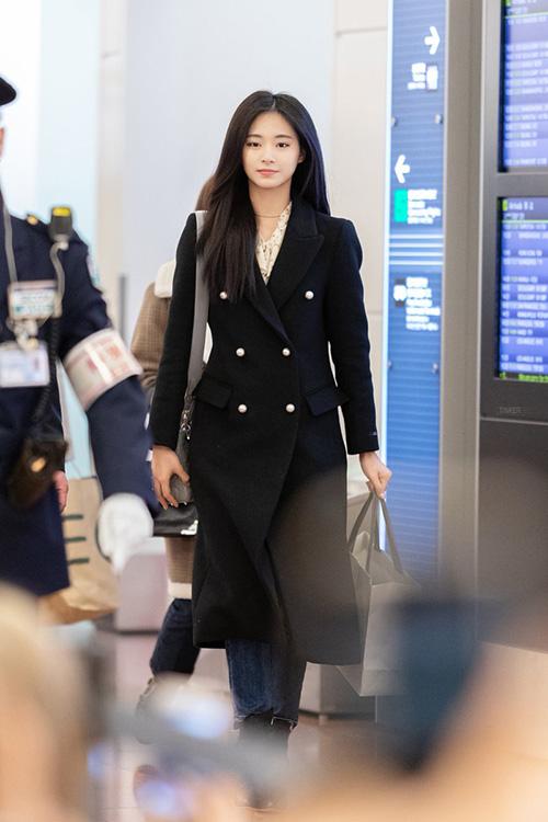 Twice rất được yêu mến ở Nhật Bản, nhóm bận rộn với lịch trình cuối năm. Tzuyu ra dáng người thừa kế quyền lực với trench coat.