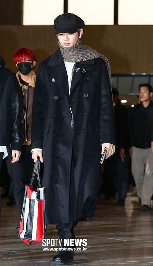 Kang Daniel khoe đôi chân dài, tỉ lệ cơ thể đáng ngưỡng mộ ở sân bay.