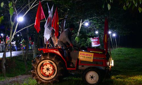 CĐV lái cả máy cày đến nhà Quang Hải cổ vũ trận chung kết